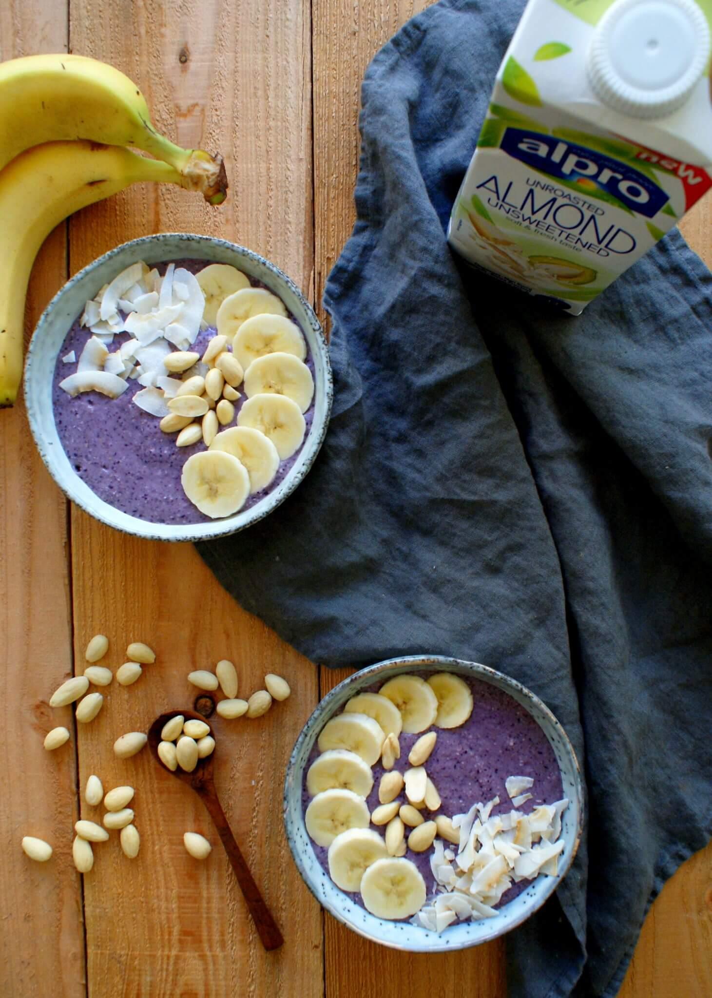 Smoothiebowl met banaan en blauwe bessen