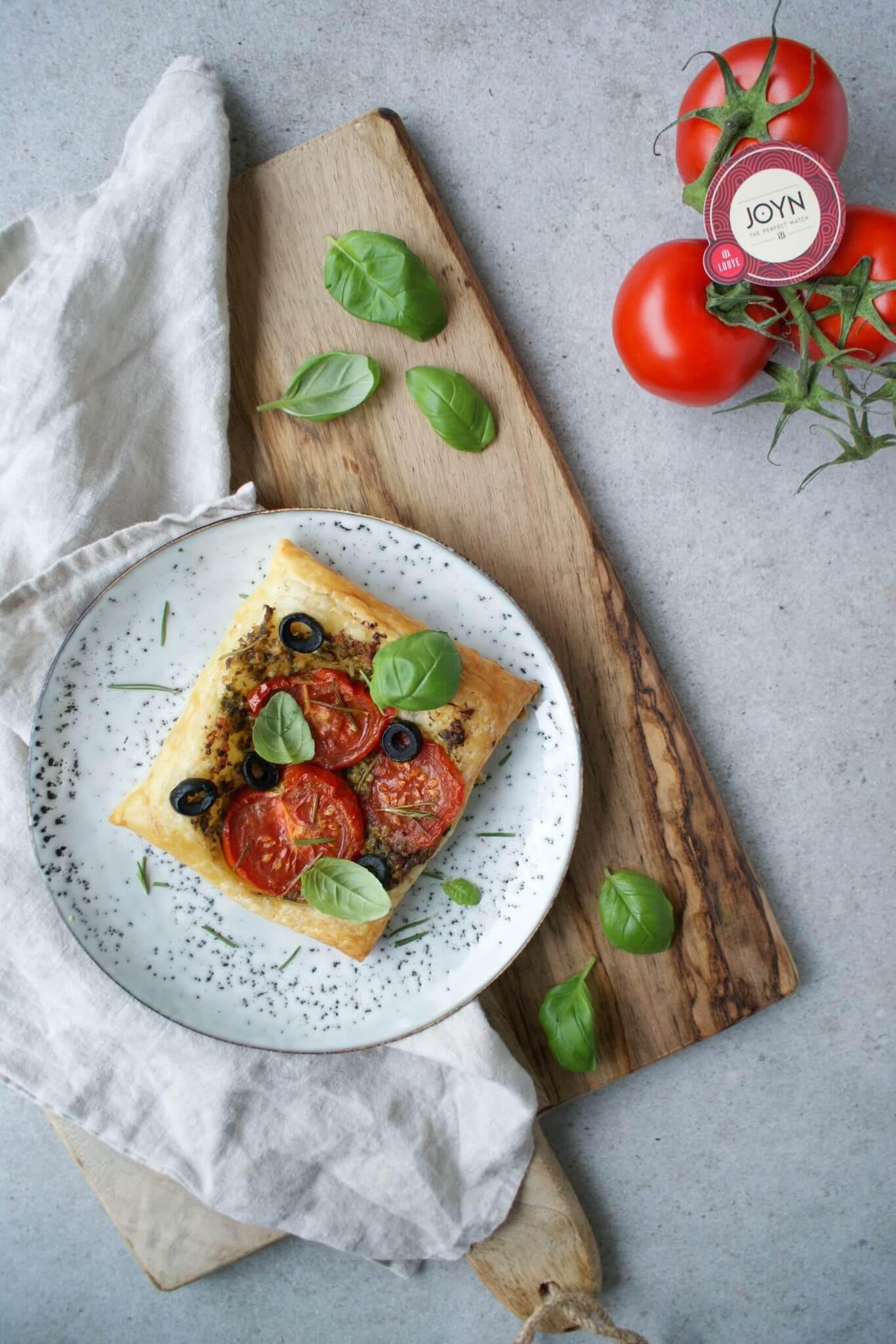 Bladerdeeg-hapjes-pesto-tomaat (2).jpg