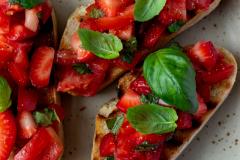 Vrij werk I Bruschetta met aardbeien en tomaat