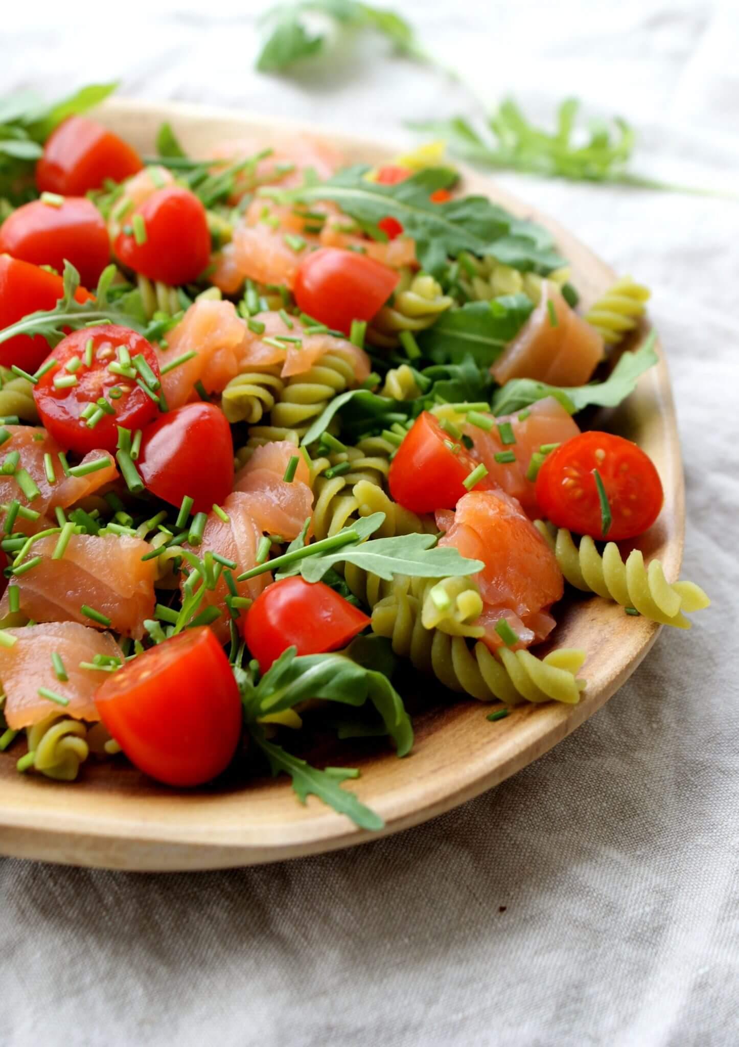 Pasta salade met gerookte zalm en bieslook