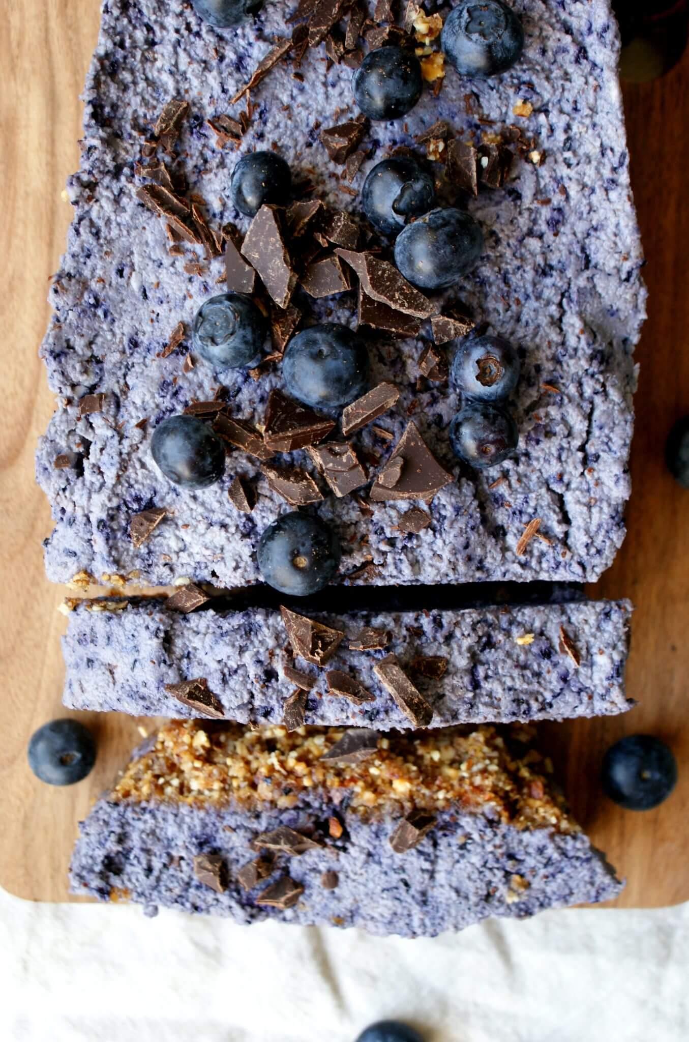 Raw cake met blauwe bessen en chocolade