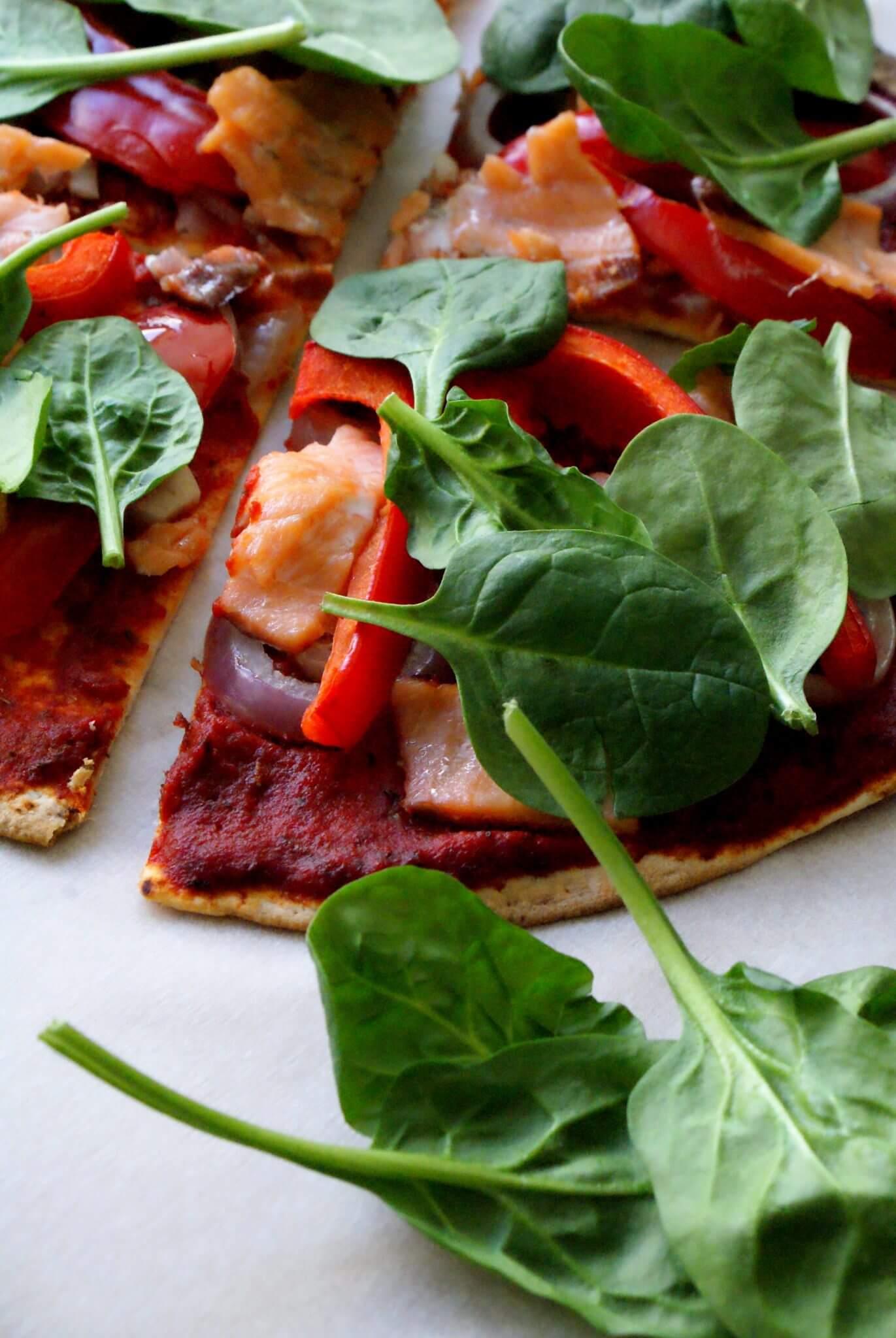 Wrap pizza met zalm en paprika