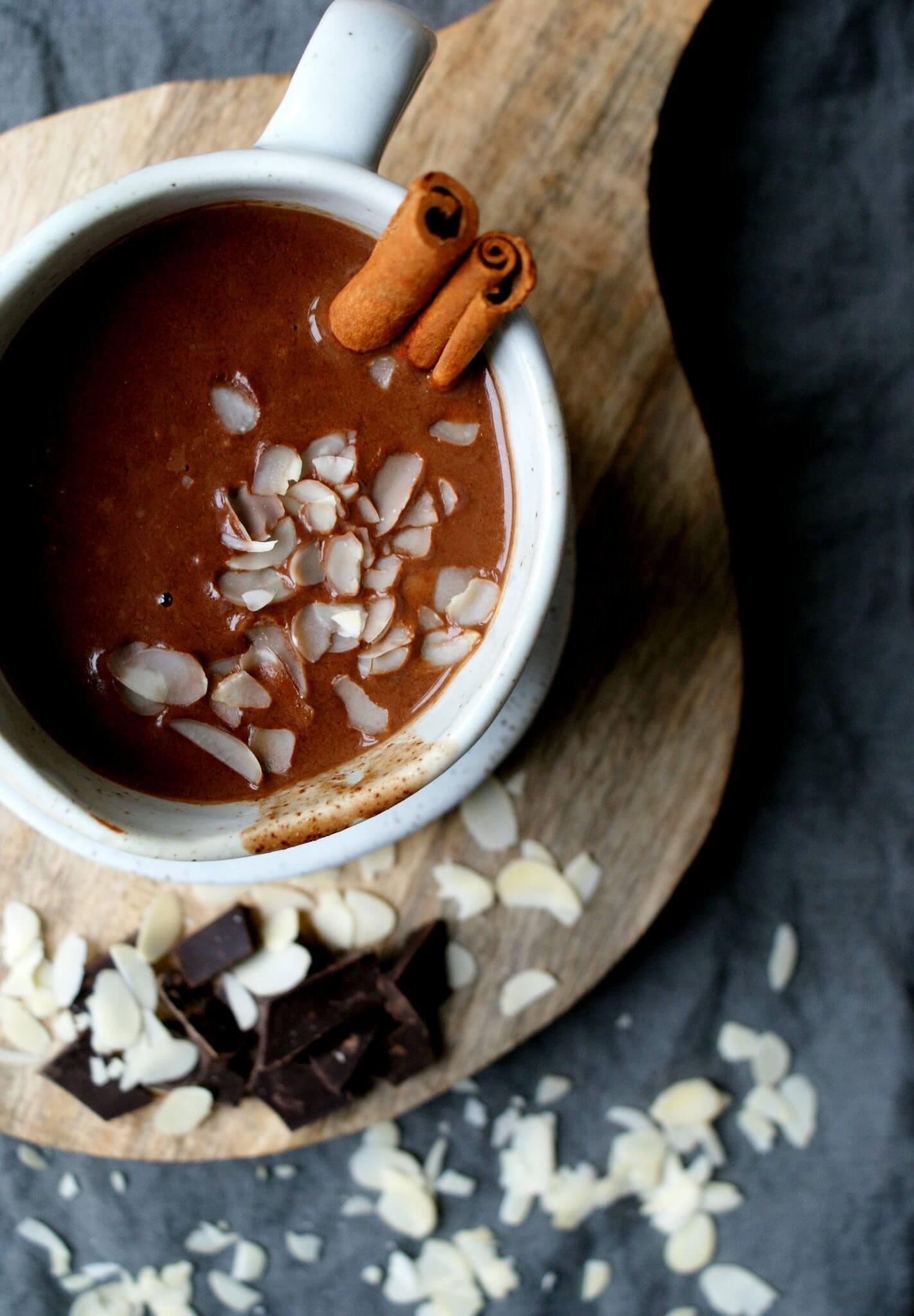 Chocolademelk met kaneel en zeezout