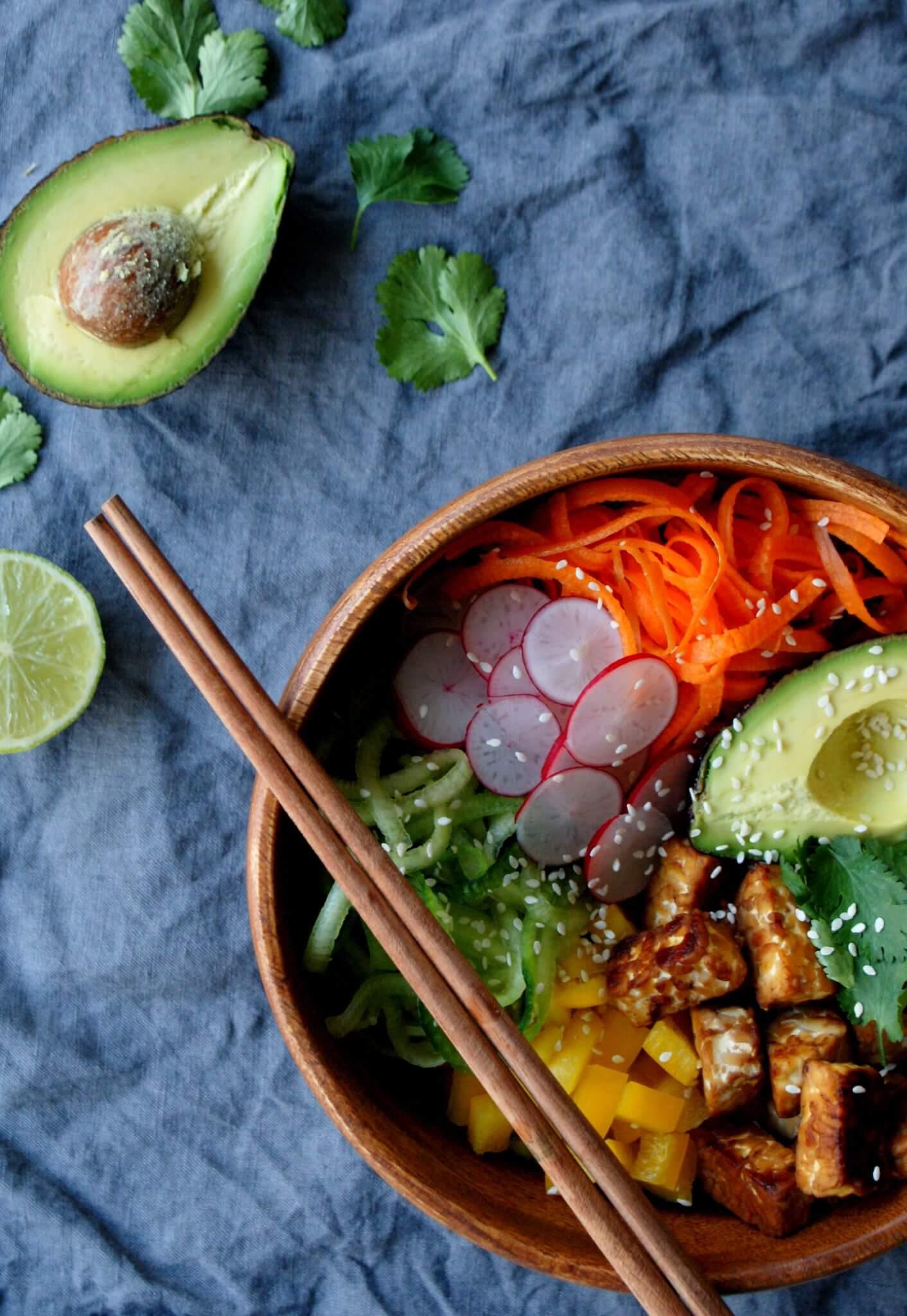 Vegan poké bowl met tempeh