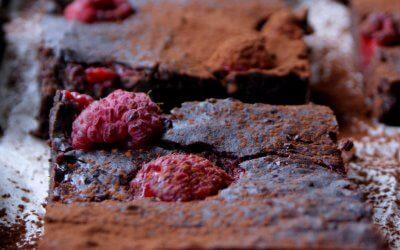 Zwarte bonen brownies met frambozen