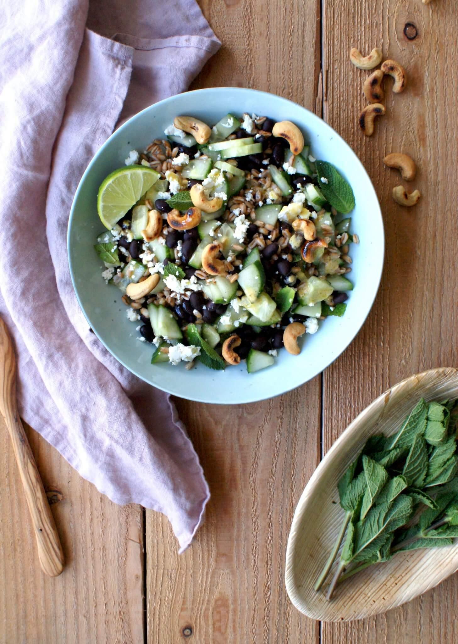 Salade met komkommer, munt en feta