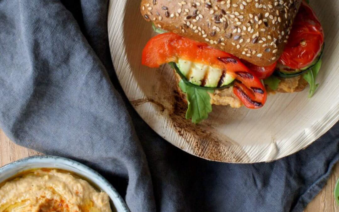 Broodje hummus met gegrilde groenten