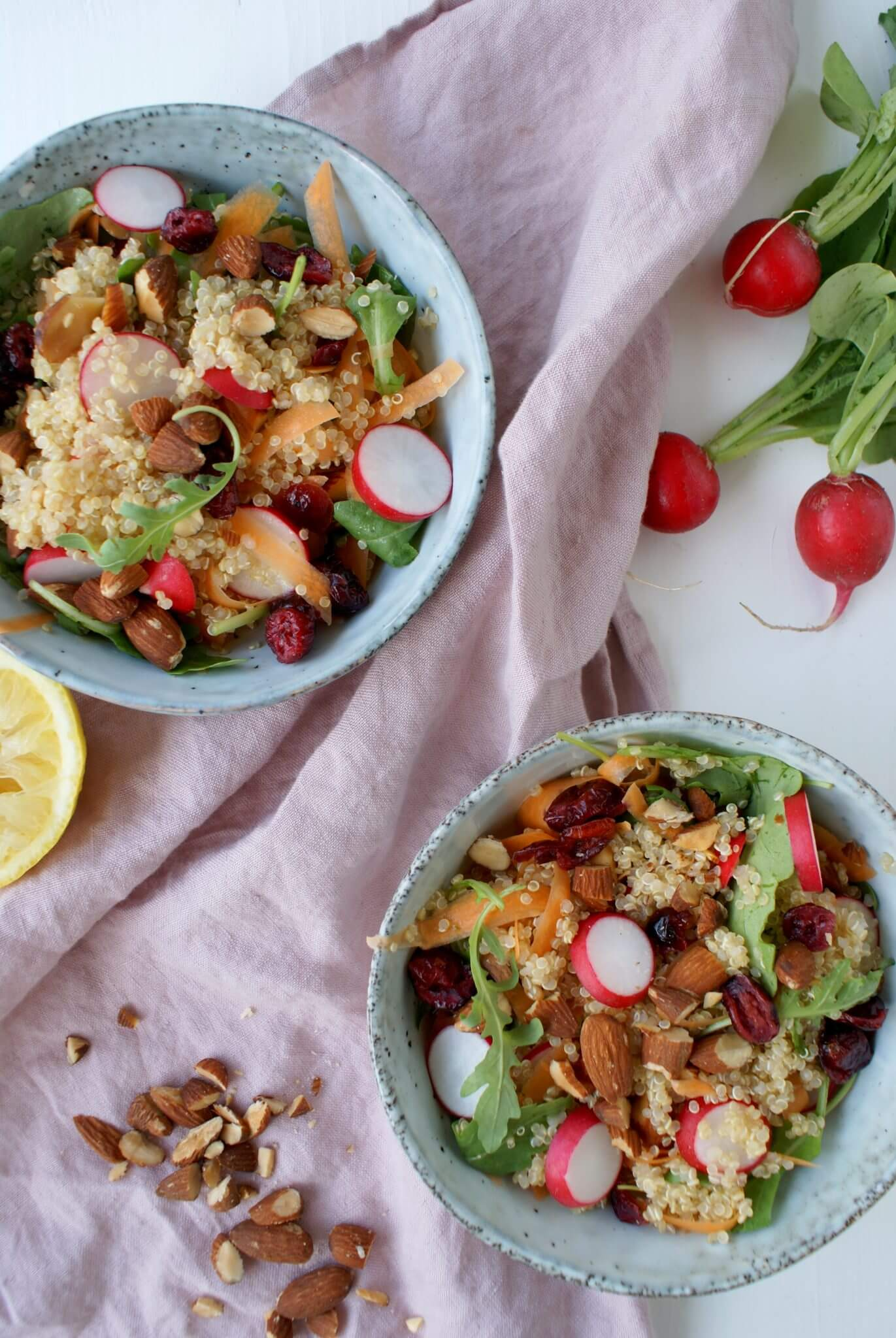 Vegan quinoa salade met cranberry's en amandelen