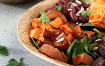 Salade met zoete aardappel, wortel en dadels