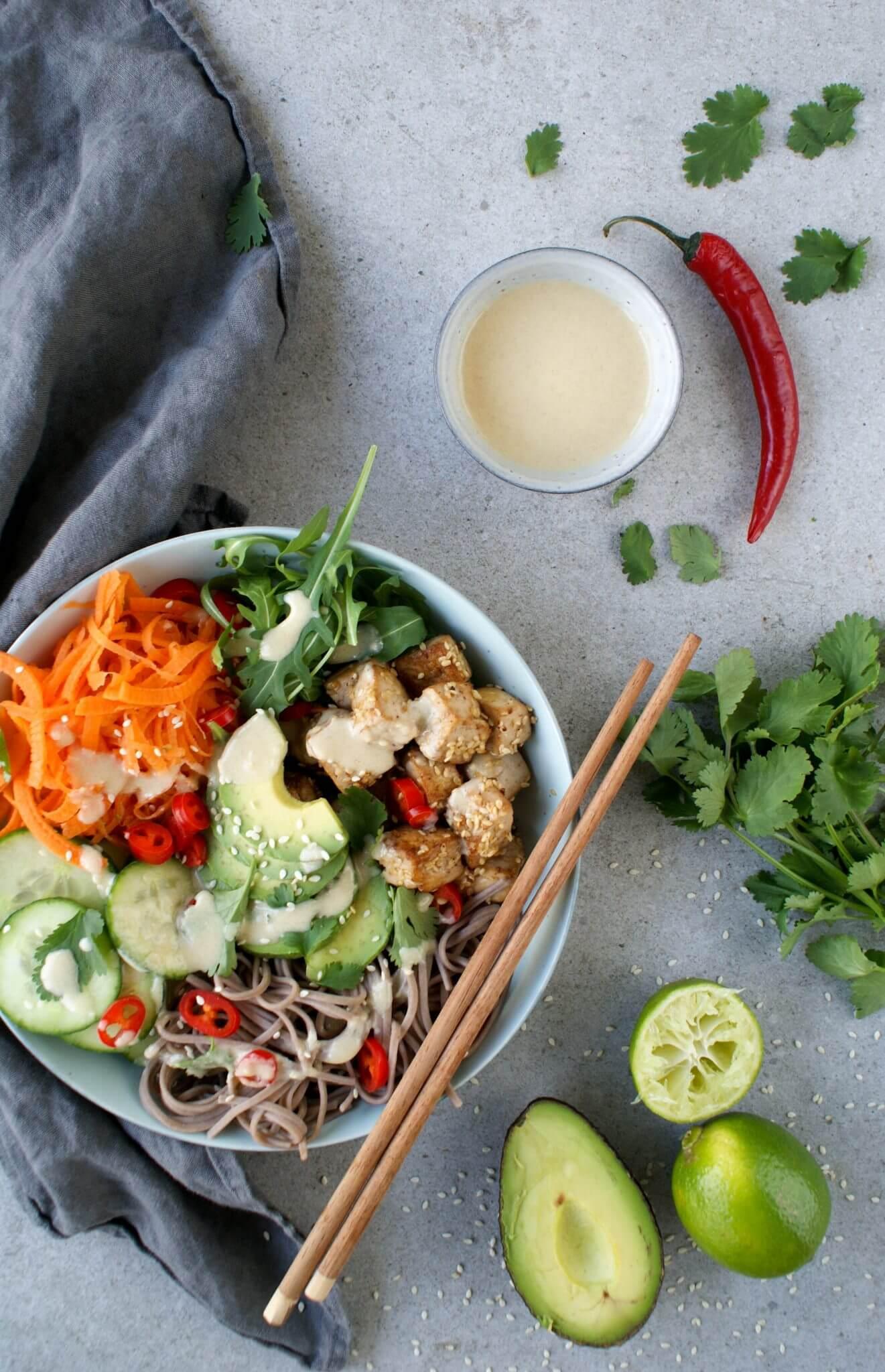 Vegan poké bowl met sesam tofu en avocado