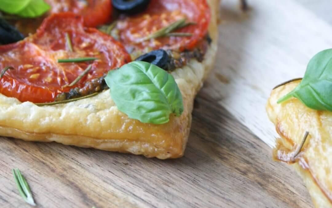 Bladerdeeghapjes met groene pesto en tomaat