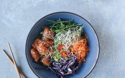 Poké bowl met zalm en broccoli rijst