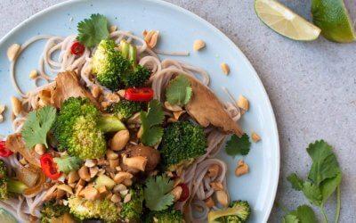 Noedels met broccoli en vegetarische kip