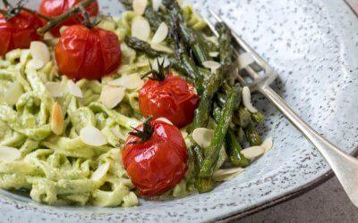 Courgetti met pesto en groene asperges