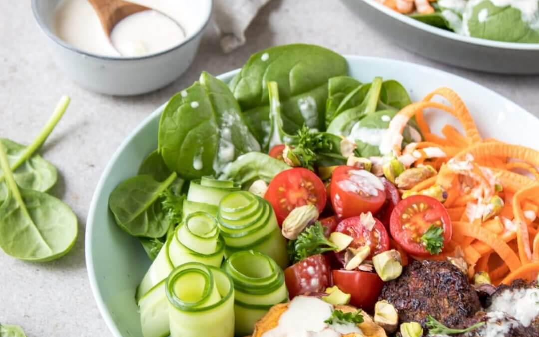 Falafel salade met knoflook dressing