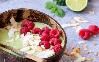Groene smoothiebowl met mango, limoen en munt