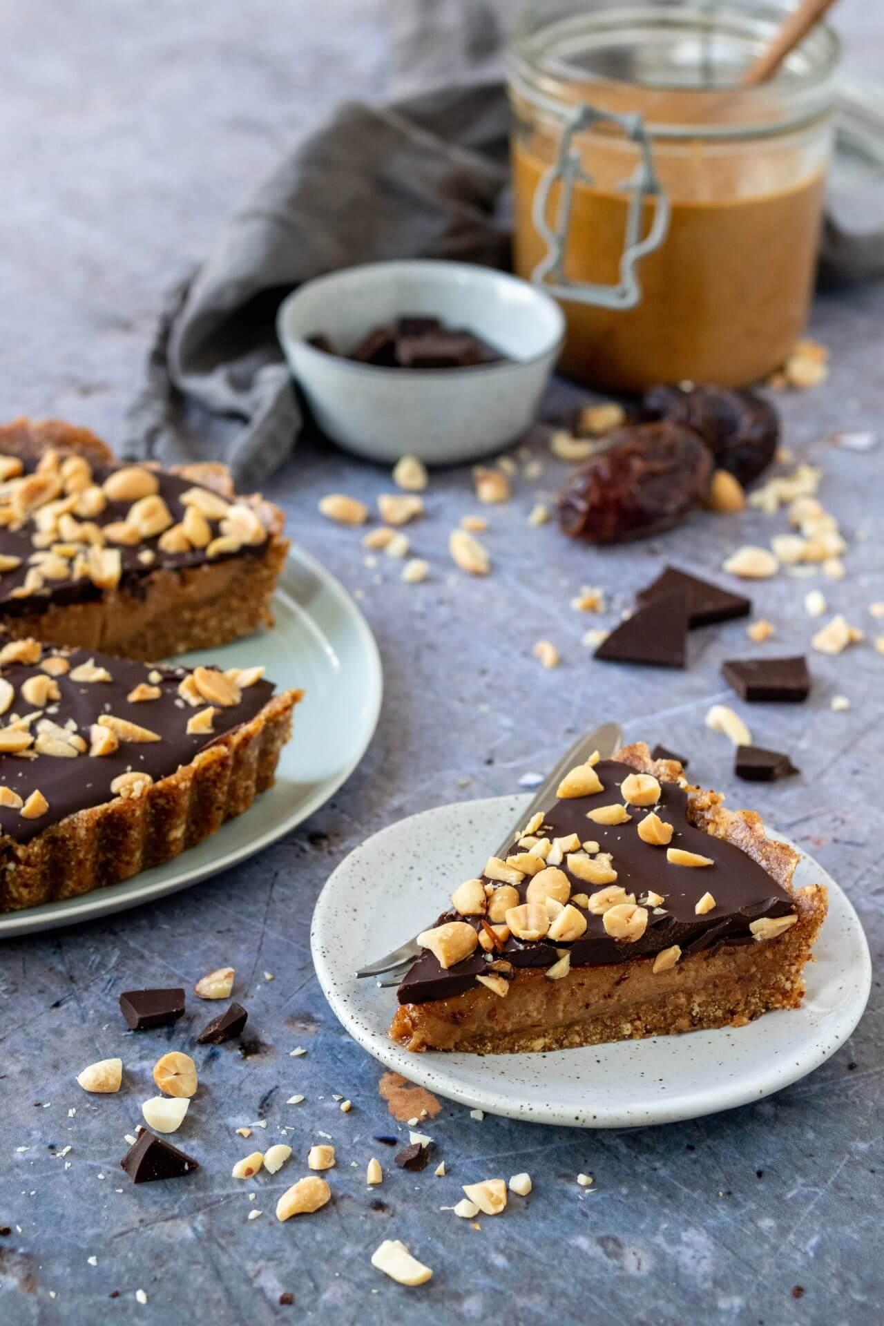 vegan-taart-met-pindakaas-en-chocolade