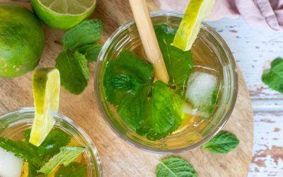 Natuurlijke limonade met limoen, gember en munt