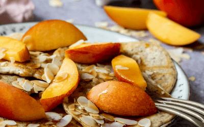Ontbijt pannenkoekjes met nectarine en amandelschaafsel