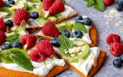 Gezonde ontbijtpizza met kiwi en frambozen