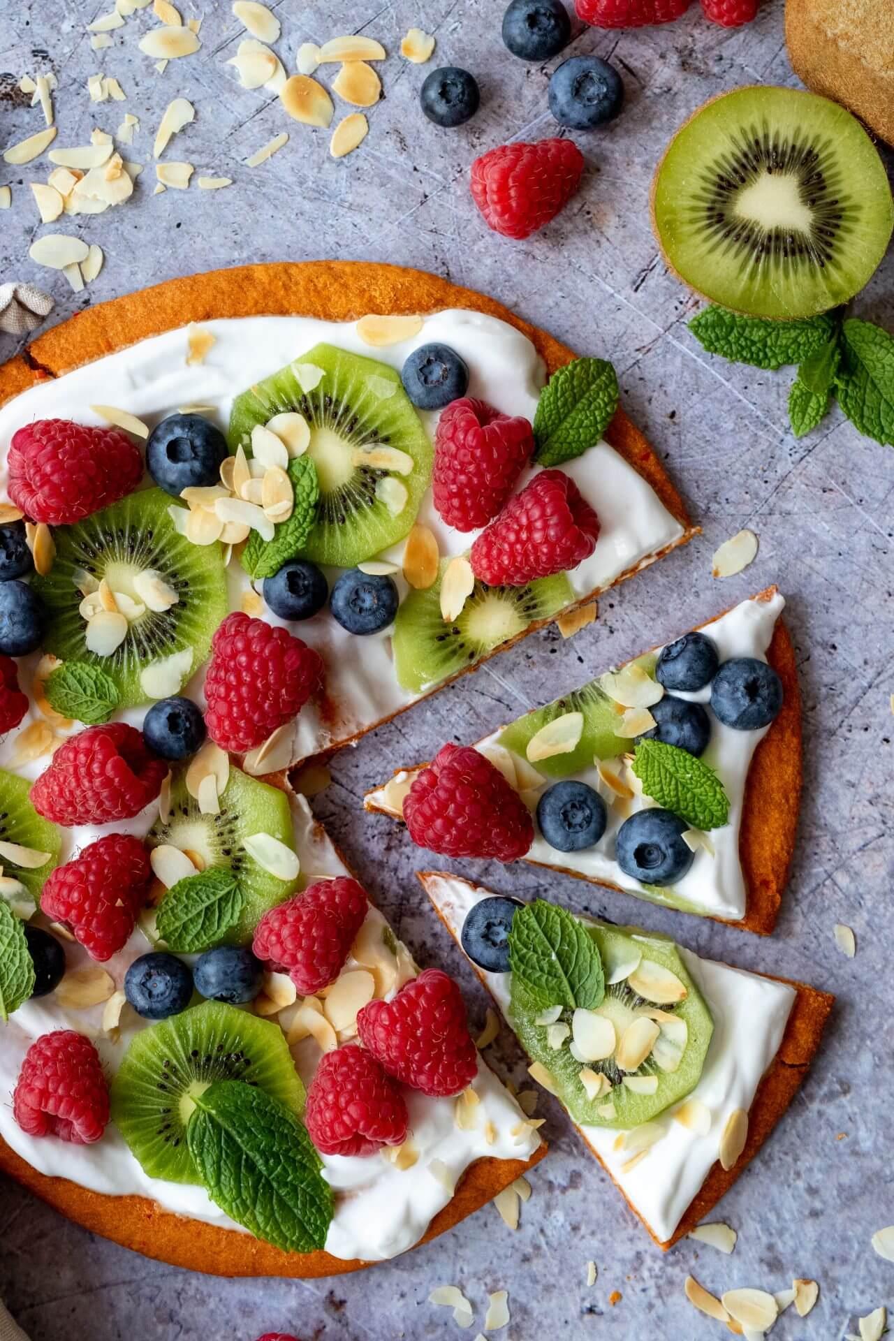 gezonde-ontbijtpizza-met-kiwi-en-frambozen