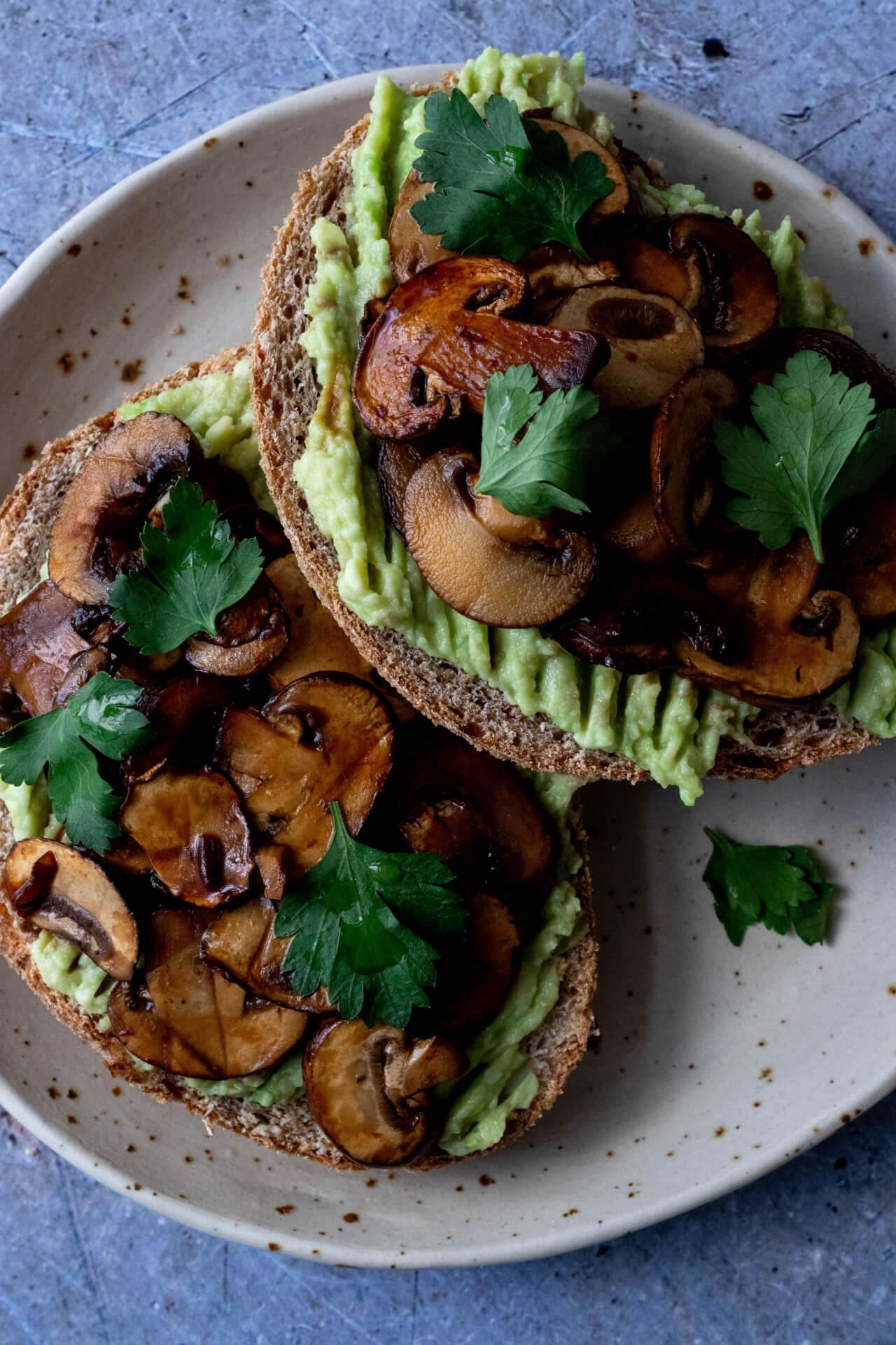 toast-met-avocado-en-champignons