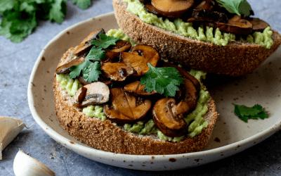 Toast met avocado en champignons
