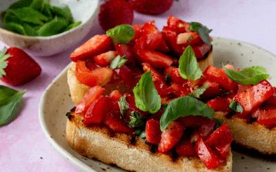 Bruschetta met aardbeien en tomaat