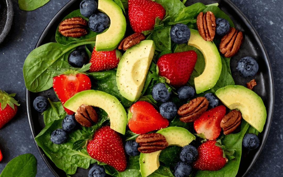 Salade met aardbeien, pecannoten en avocado
