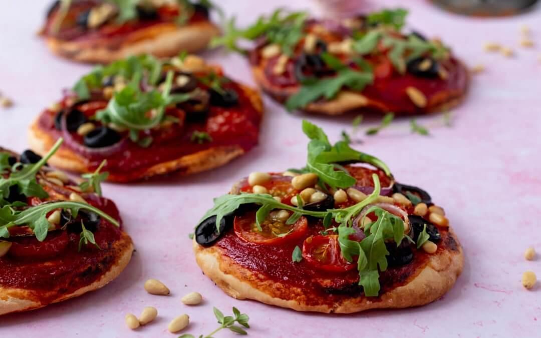 Vegan mini pizza's met tomaat, olijven en rucola