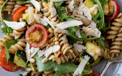 Pasta salade met courgette, tomaat en pesto dressing