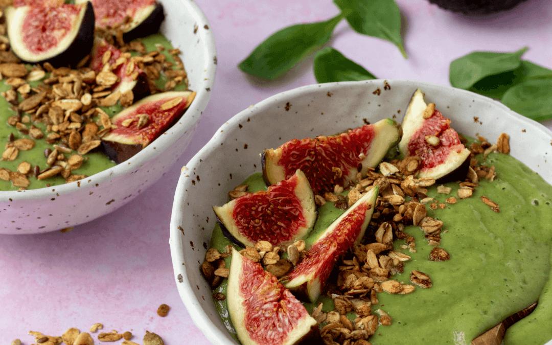 Gezonde smoothiebowl met avocado, banaan en spinazie